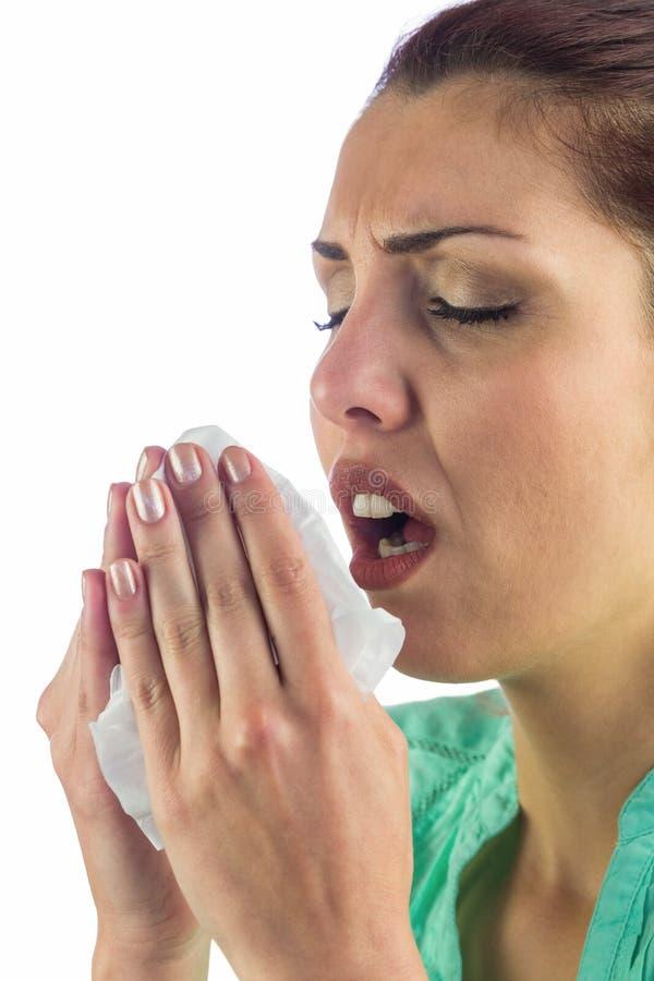 Il tessuto di starnuto della tenuta della donna con la bocca si apre immagini stock libere da diritti