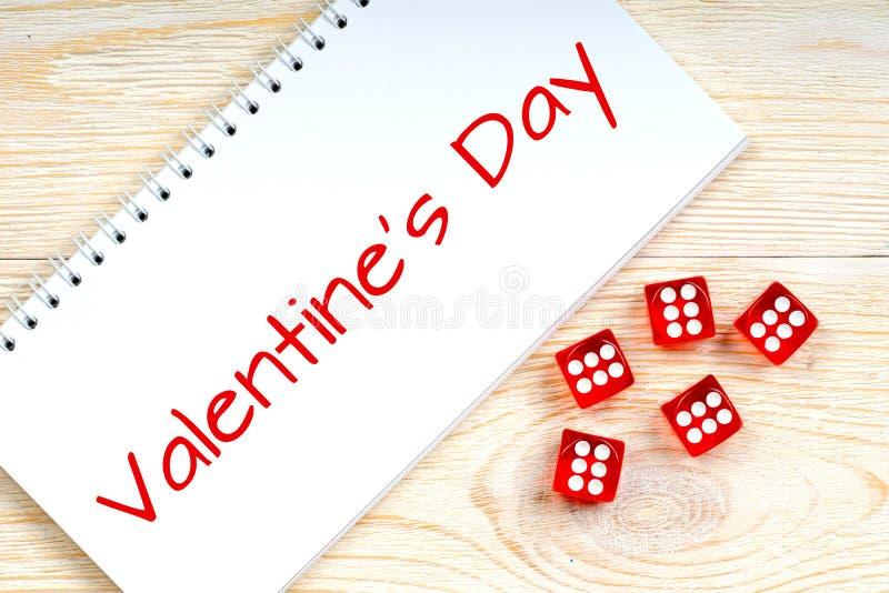 Il testo del giorno del ` s del biglietto di S. Valentino con rosso taglia immagini stock