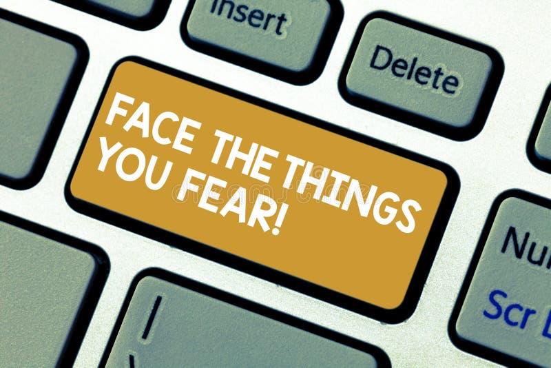 Il testo della scrittura affronta le cose voi timore Il significato di concetto ha coraggio confrontare la chiave di tastiera spa immagine stock libera da diritti