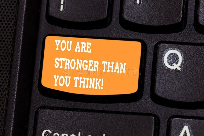 Il testo della scrittura che vi scrive è più forte di pensate Concetto che significa forza di adattabilità per superare gli ostac immagini stock