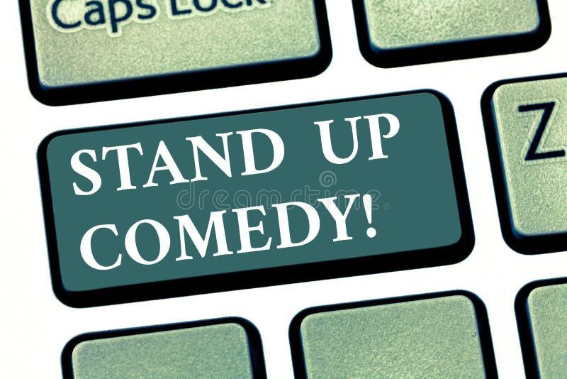 Il testo della scrittura sta sulla commedia Commediante di significato di concetto che esegue parlare davanti alla chiave di tast fotografia stock libera da diritti