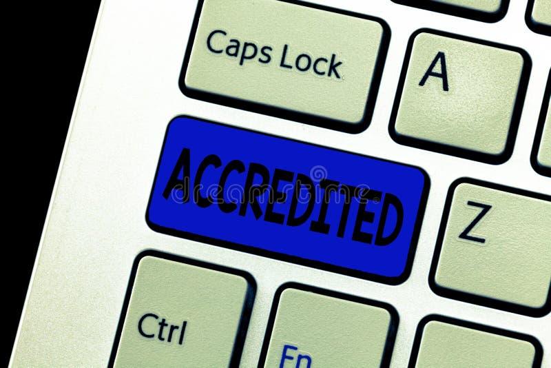 Il testo di scrittura di parola ha accreditato Il concetto di affari per avere autorità di crediti a qualcosa ha certificato auto fotografia stock libera da diritti