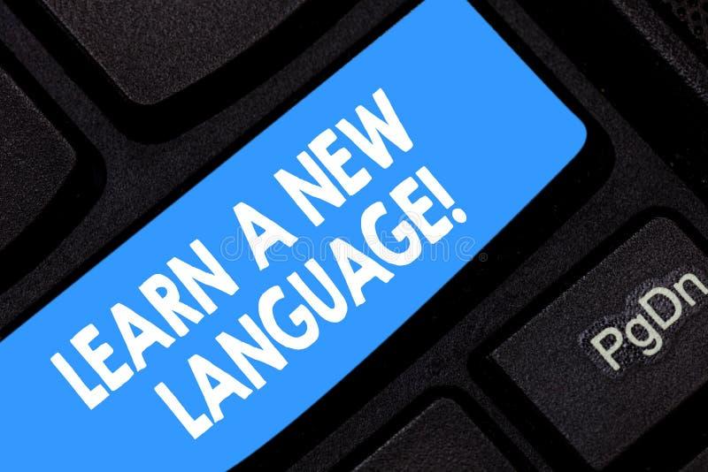 Il testo di scrittura di parola impara una nuova lingua Concetto di affari per le parole di studio all'infuori della tastiera ind fotografia stock