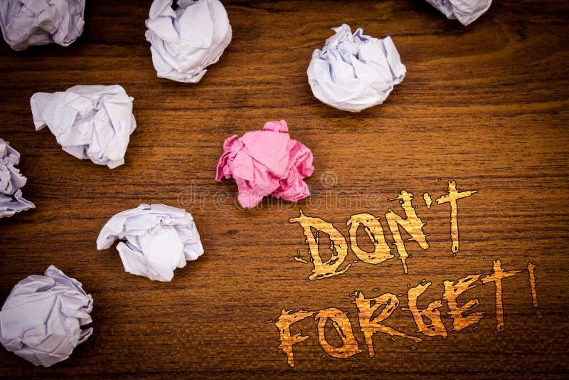 Il testo di scrittura di parola non dimentica la chiamata motivazionale Il concetto di affari per Remember tiene nel programma di fotografia stock