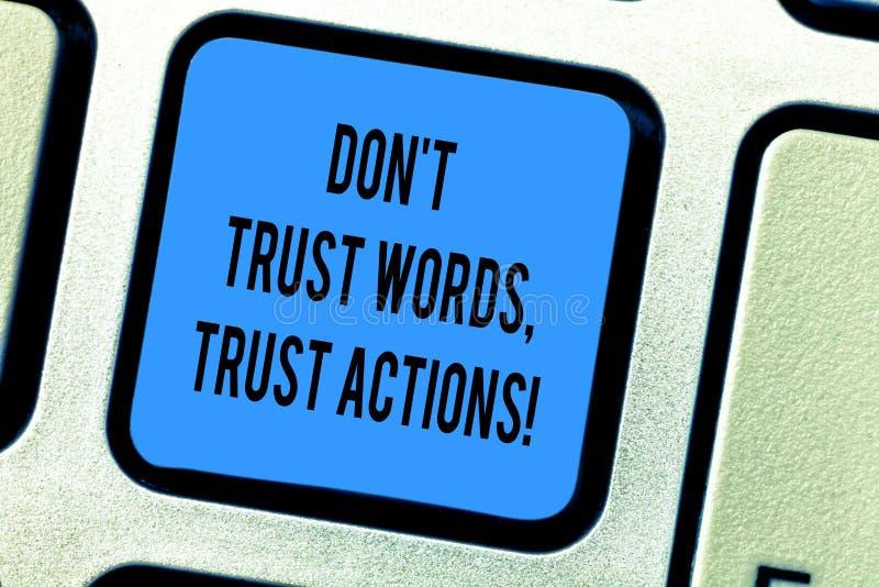 Il testo Don T della scrittura spera che le parole si fidano delle azioni Significato di concetto meno la conversazione della più immagine stock