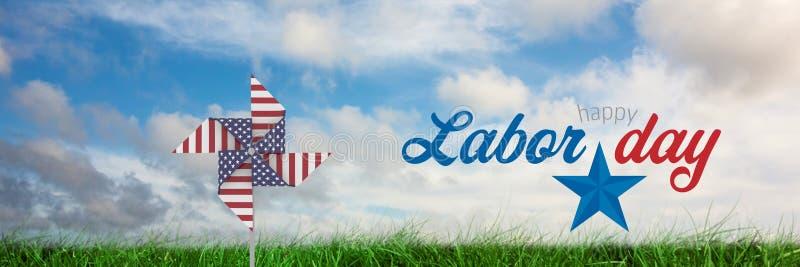 Il testo felice e U.S.A. di festa del lavoro avvolgono il collettore davanti ad erba ed al cielo fotografia stock libera da diritti
