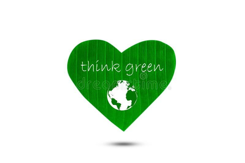Il testo pensa il verde e la terra sulla foglia a forma di cuore verde su fondo bianco illustrazione di stock