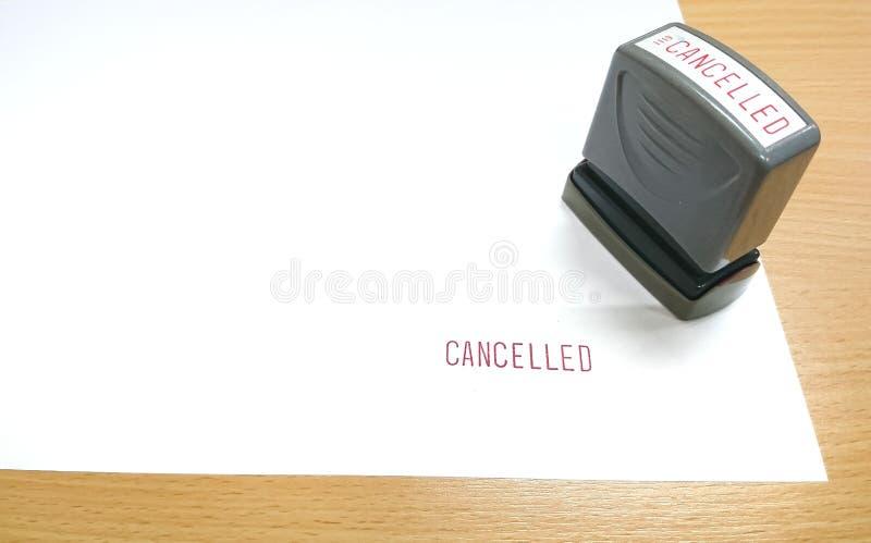 Il testo rosso, CANCELLED è stato timbrato con il timbro di gomma sul Libro Bianco fotografie stock libere da diritti