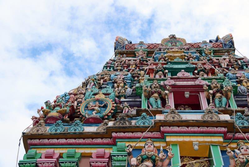 Il tetto con molti stucco al tempio di Hinduismo e di Brahmanism immagine stock
