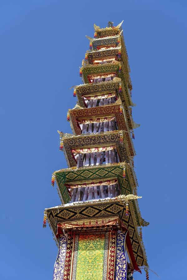 Il tetto della a ha offerto la torre di cremazione con le sculture tradizionali di balinese dei demoni e dei fiori sulla via cent fotografia stock