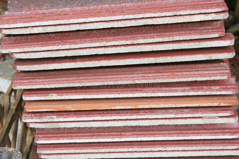 Il tetto di mattonelle è stato preparato per fare un tetto del tempio fotografia stock libera da diritti