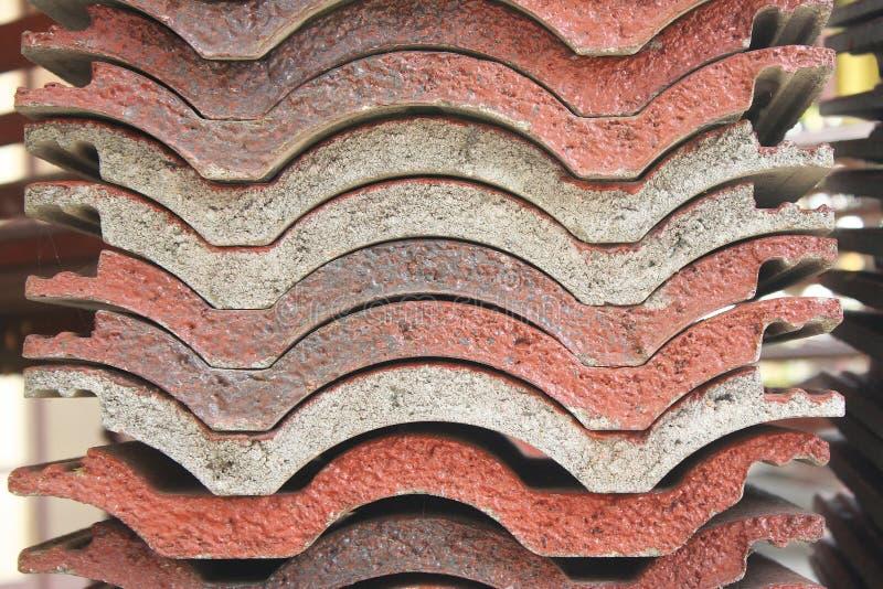 Il tetto di mattonelle è stato preparato per fare un tetto del tempio immagine stock libera da diritti