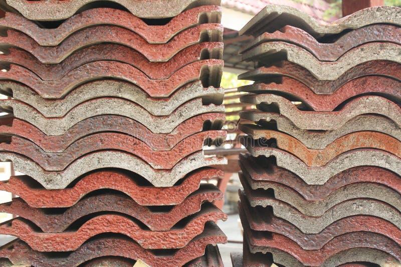 Il tetto di mattonelle è stato preparato per fare un tetto del tempio immagini stock libere da diritti