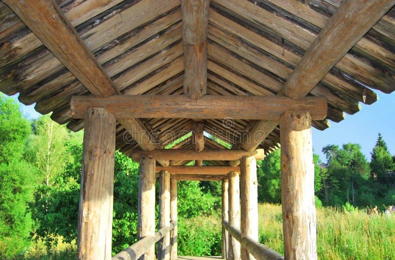 Il tetto di un pedone di legno immagini stock libere da diritti