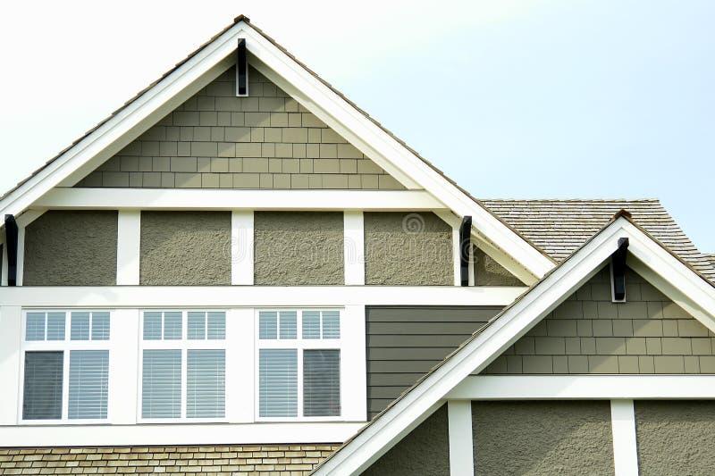 Il tetto domestico della Camera alza il raccordo verticalmente   immagine stock