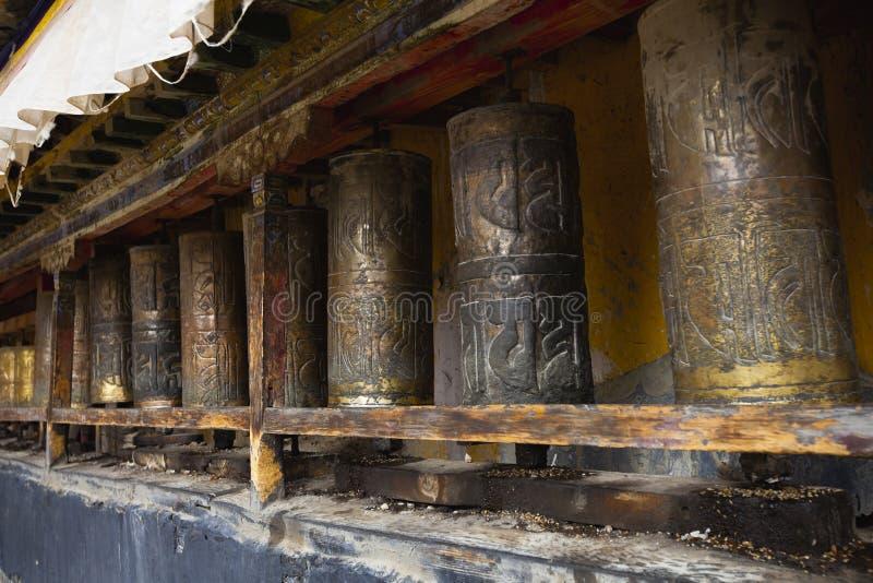 Il Tibet: rotelle di preghiera tibetane fotografia stock