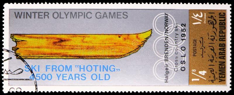 Il timbro postale stampato in Yemen, Repubblica araba, mostra Oslo 1952, stemma delle sedi della serie olimpica delle Olimpiadi i fotografia stock