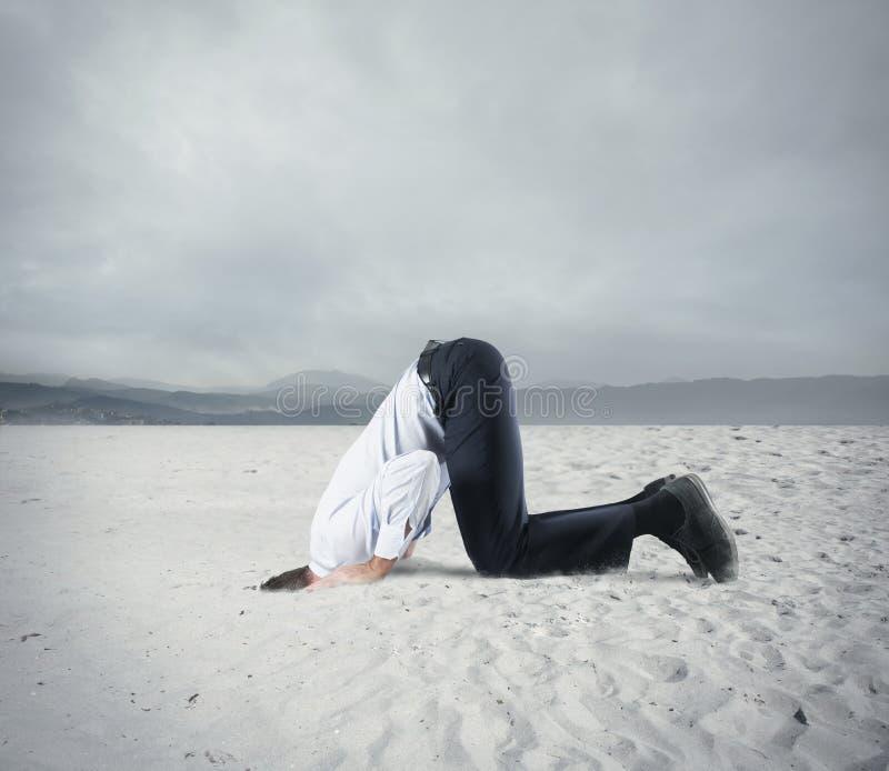 Il timore della crisi con l'uomo d'affari gradisce uno struzzo fotografie stock