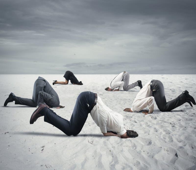 Il timore della crisi con le persone di affari gradisce uno struzzo fotografie stock libere da diritti