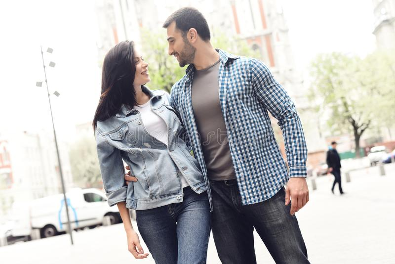 Il tipo abbraccia la donna della vita in rivestimento del denim fotografia stock