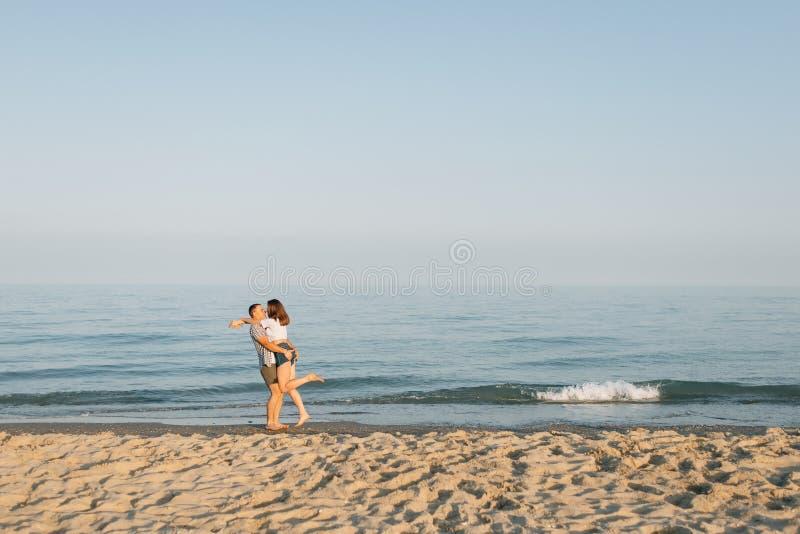 Il tipo abbraccia la ragazza fotografie stock