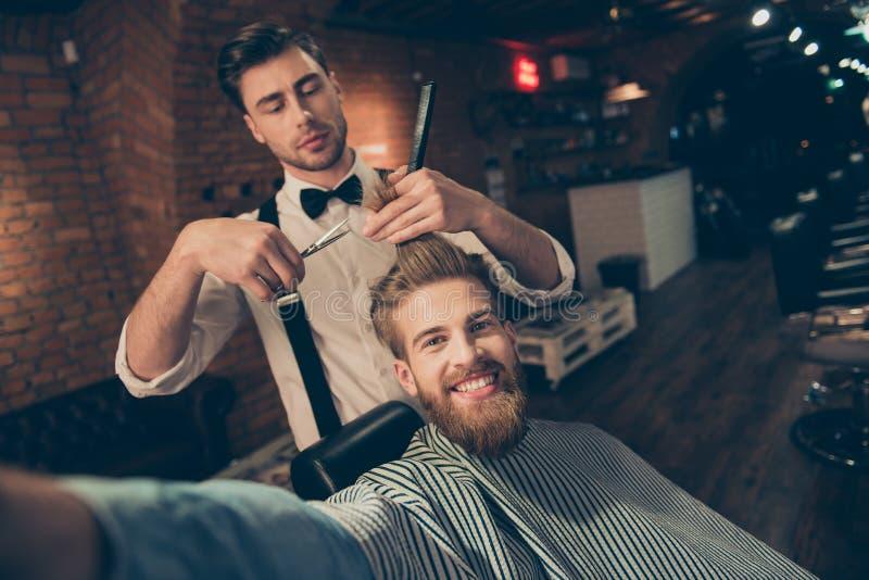 Il tipo barbuto rosso alla moda bello allegro con il sorriso di orientamento è fotografie stock