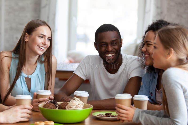 Il tipo dell'africano nero passa il tempo con le ragazze attraenti degli amici fotografia stock
