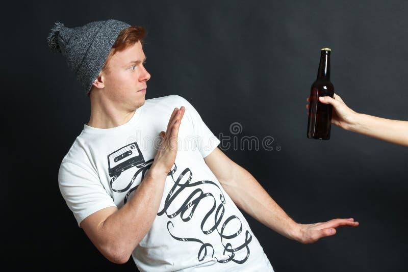 Il tipo diminuisce la birra fotografia stock libera da diritti