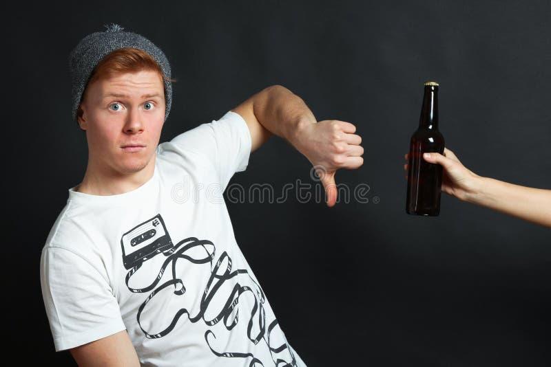Il tipo diminuisce la birra fotografia stock