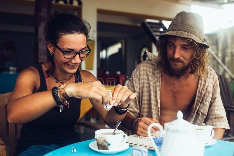 Il tipo e una ragazza stanno bevendo il caffè fotografia stock