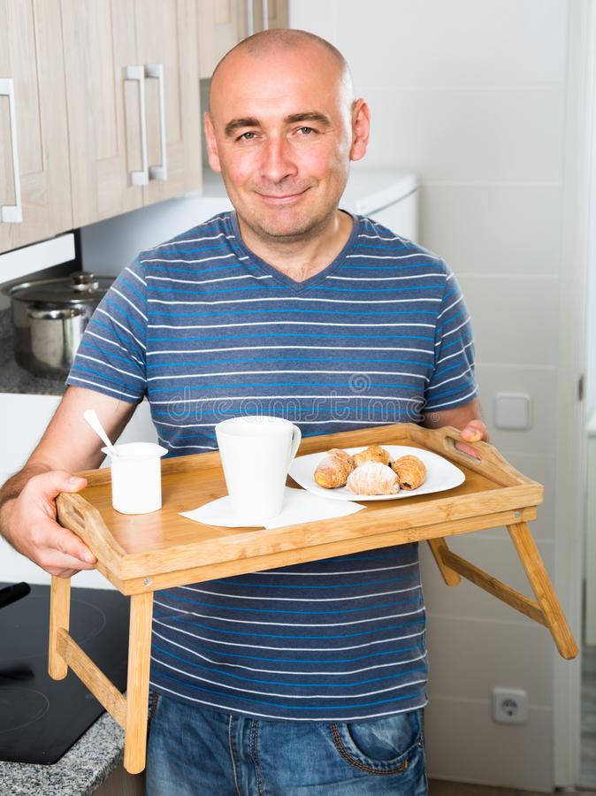 Il tipo ha prodotto la prima colazione per la sua moglie fotografie stock