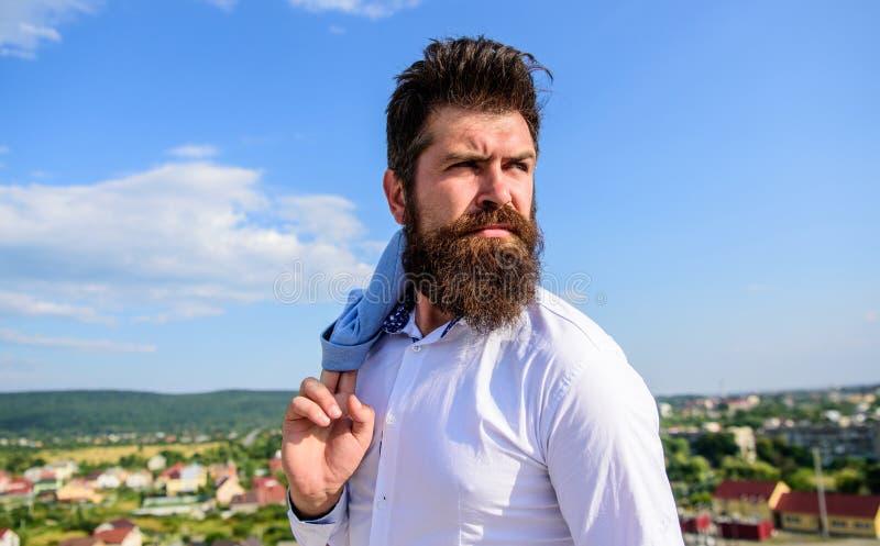 Il tipo ha raggiunto la cima ma il tatto frustrati Concetto di ambizioni e di motivazione Sembrare dei baffi della barba dei pant fotografie stock