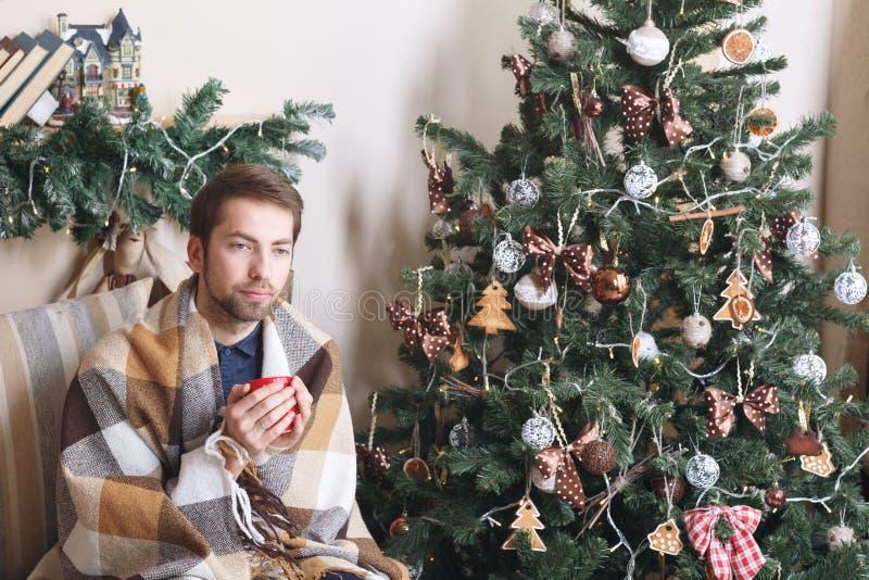 Il tipo malato isolato ha naso semiliquido l'uomo prepara una cura per il raffreddore Concetto di inverno - festa di Natale la ma fotografia stock
