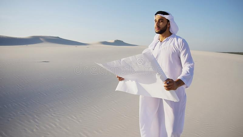 Il tipo musulmano saggio della costruzione di sceicco dei UAE dell'Arabo ispeziona l'area fotografie stock libere da diritti