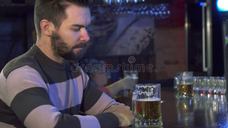 Il tipo odora la birra al pub immagini stock libere da diritti