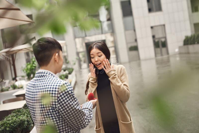 Il tipo presenta la proposta di nozze alla ragazza fotografie stock libere da diritti
