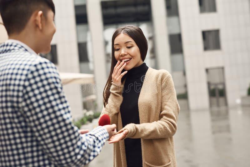 Il tipo presenta la proposta di nozze alla ragazza immagini stock libere da diritti