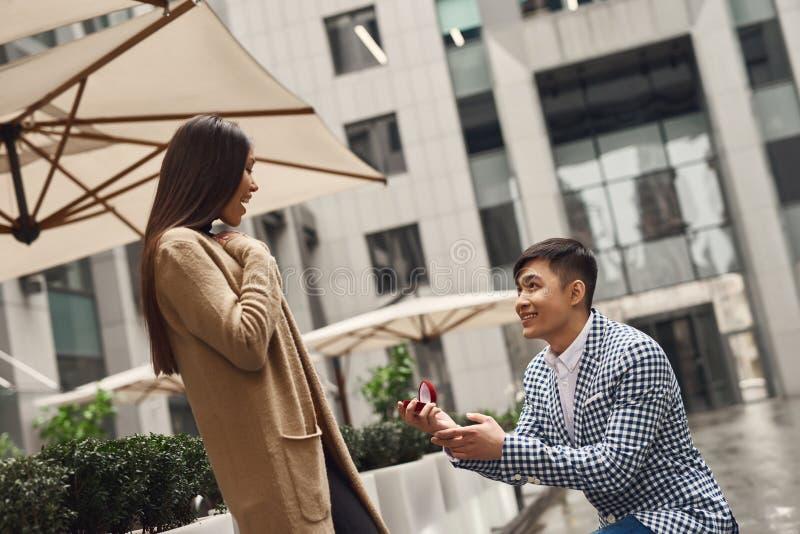 Il tipo presenta la proposta di nozze alla ragazza fotografia stock
