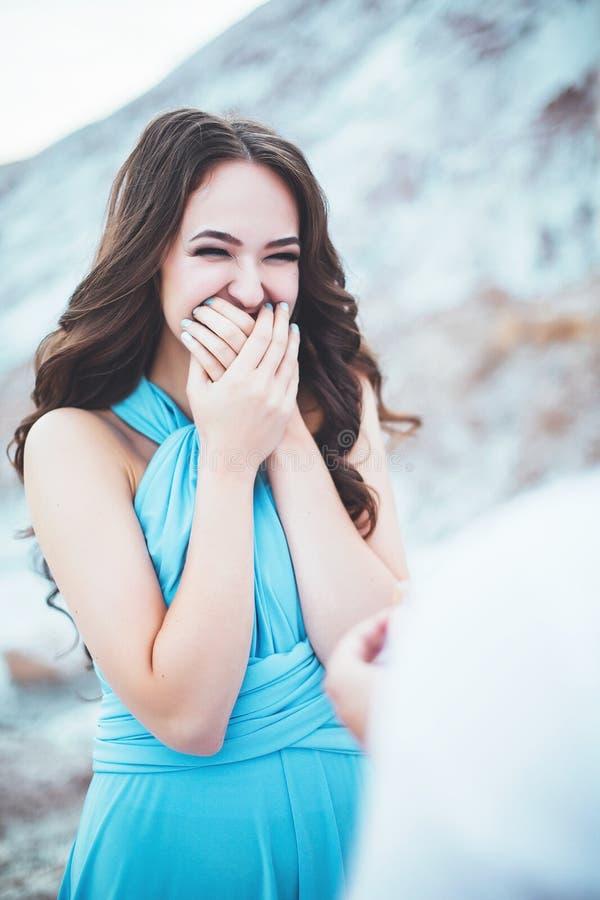 Il tipo presenta una proposta del matrimonio alla sua amica, agains di proposta di matrimonio le montagne, donna felice a causa d immagini stock