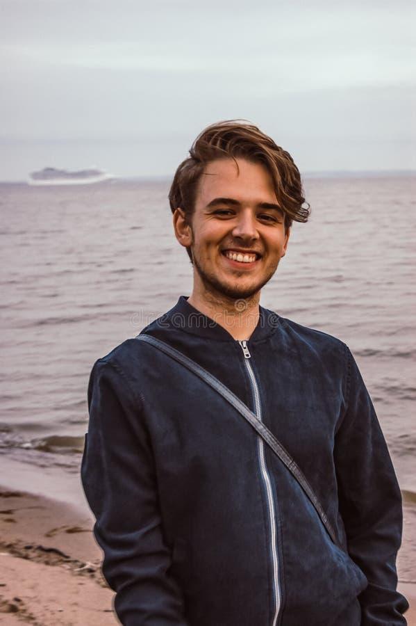 Il tipo sorride mare fotografia stock libera da diritti