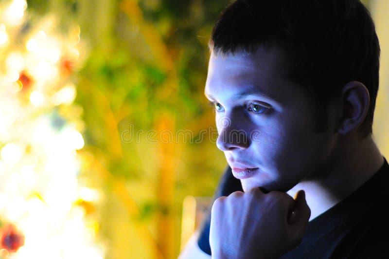 Il tipo sta sedendosi al computer portatile fotografia stock libera da diritti