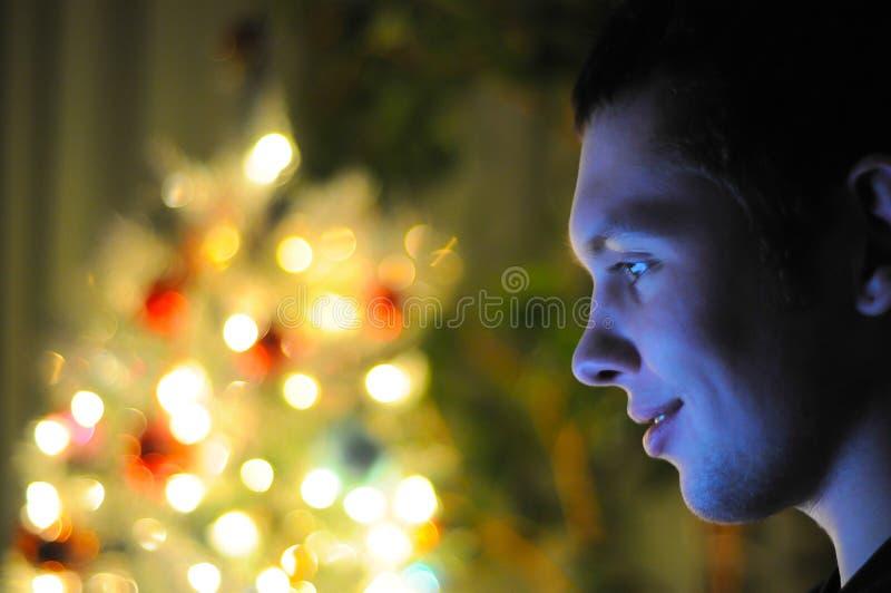 Il tipo sta sedendosi al computer portatile fotografie stock