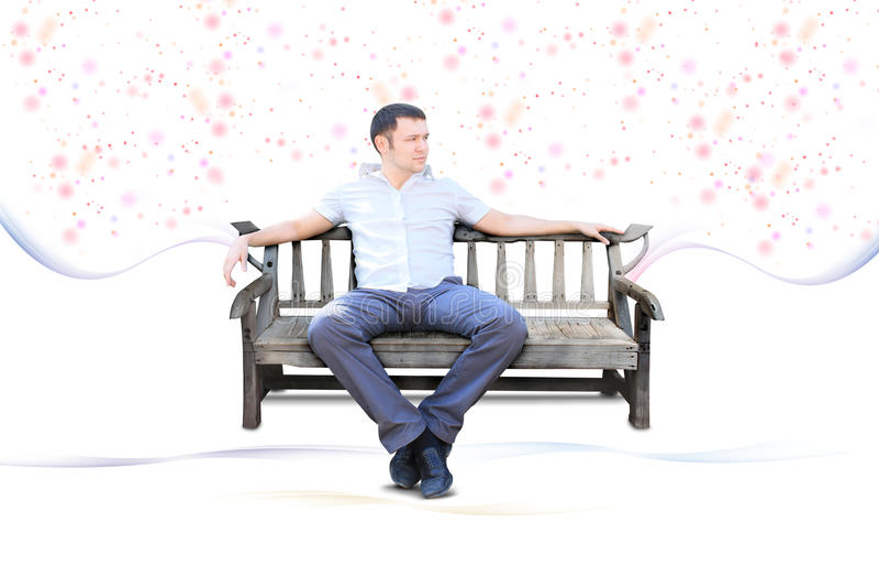 Il tirante si siede sul banco di sosta isolato fotografie stock