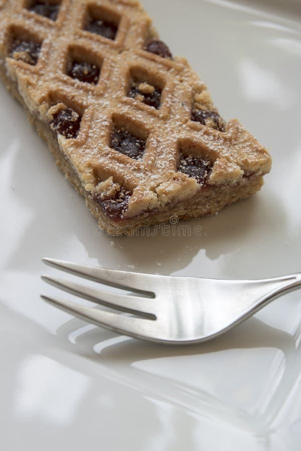 Il Torte di Linzer è dolce austriaco tradizionale con uno schema a reticolo sopra la pasticceria fotografia stock
