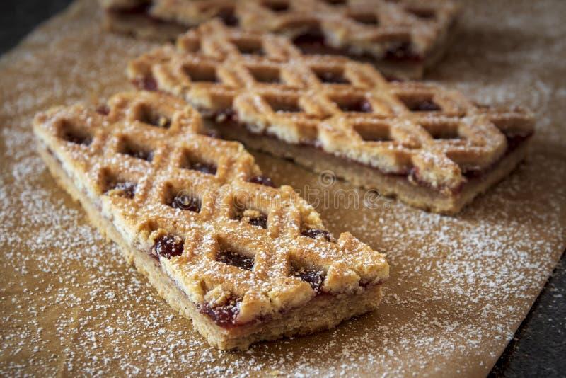 Il Torte di Linzer è dolce austriaco tradizionale con uno schema a reticolo sopra la pasticceria immagini stock libere da diritti