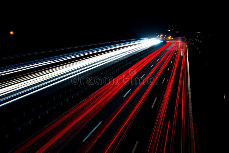 Il traffico di notte trascina il mosso fotografia stock libera da diritti
