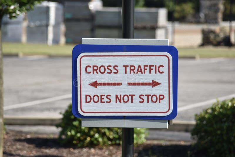 Il traffico trasversale del segno di pubblica sicurezza di attraversamento non si ferma fotografia stock