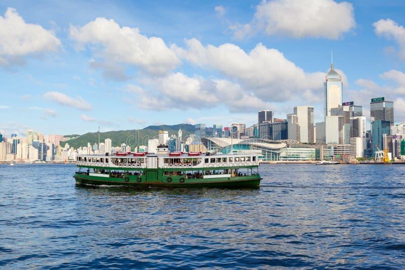 Il traghetto attraversa Victoria Harbor in Hong Kong fotografia stock
