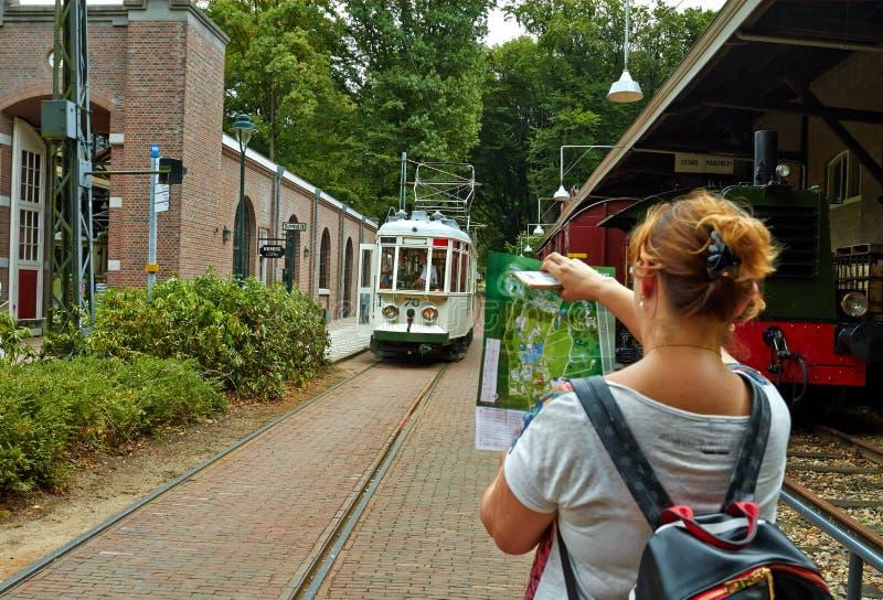 Il tram ferma la stazione nel parco immagini stock libere da diritti