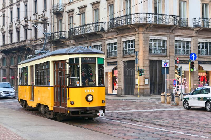 Il tram giallo passa dalla piazza Della Scala a Milano immagine stock libera da diritti